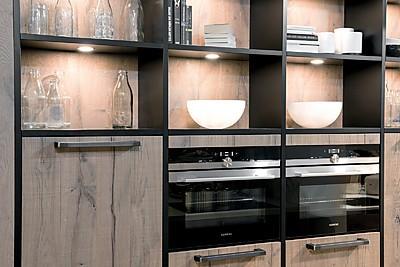 Cocina con frente de madera y estantes