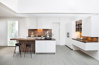 Cocina blanca de Rotpunkt con frentes sin tiradores e isla