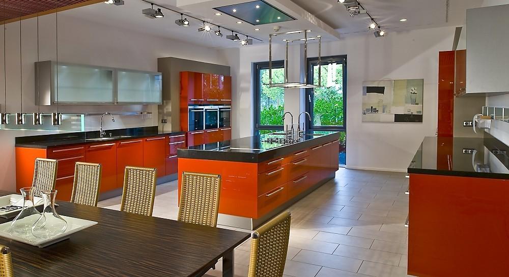 cocina americana con isla en rojo coral