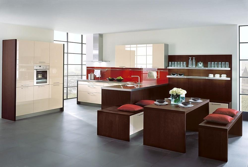 Cocina en l con aparador y mesa de cocina con acabados en madera y frentes capuccino alto brillo - Cocinas exposicion ocasion ...