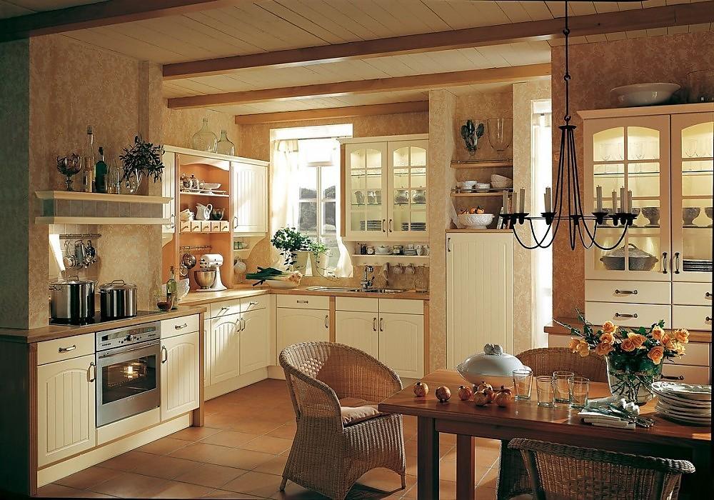 Cocina rústica en color crema con frentes de arcos y chimenea