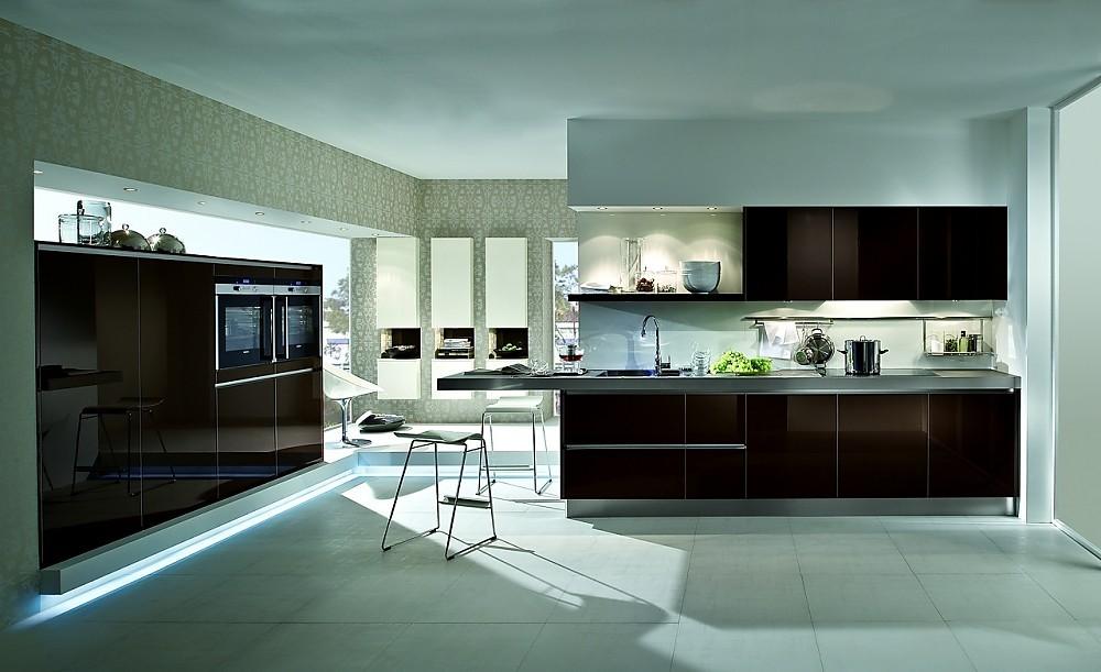 Cocina de dise o y armarios columnas en marr n sepia alto for Programas de diseno de cocinas y armarios gratis