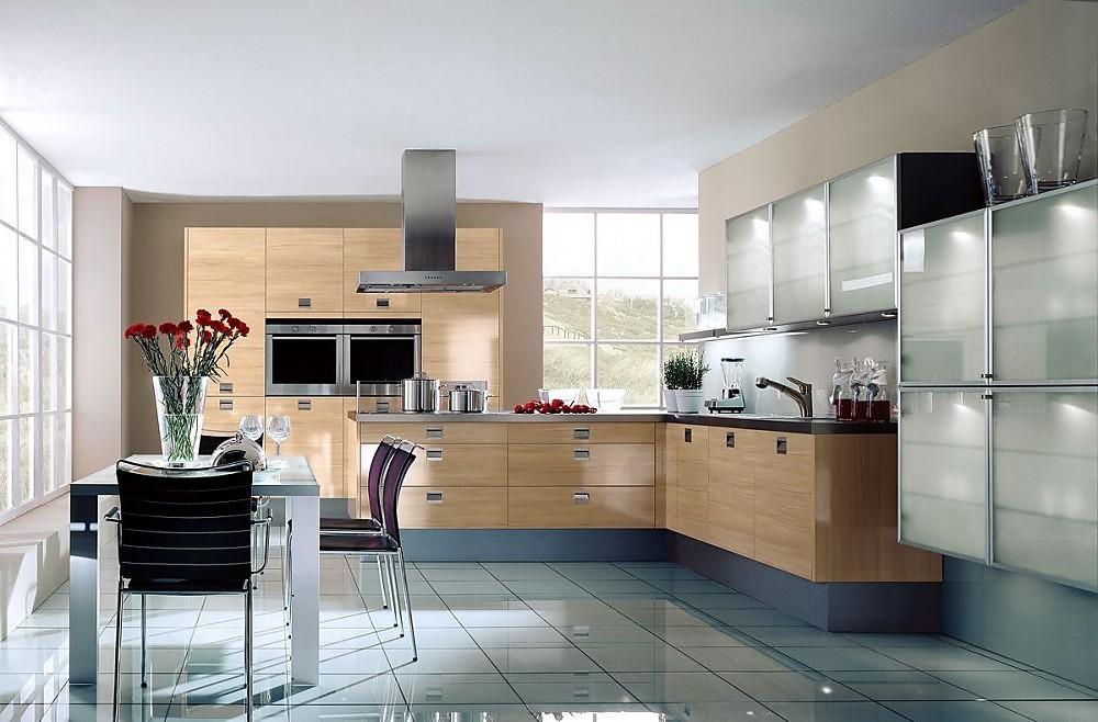 Cocina en l con armarios columnas en madera de haya y - Cocinas con puertas de cristal ...