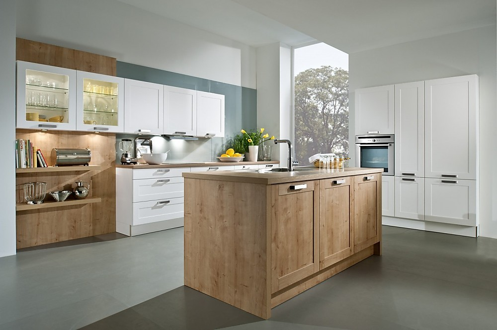Cocina blanca con isla de frentes de imitaci n de madera - Cocinas exposicion ocasion ...