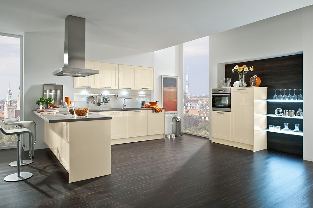 Cocina moderna en l con office con frentes de anchos marcos en alto brillo - Cocinas modernas en l ...