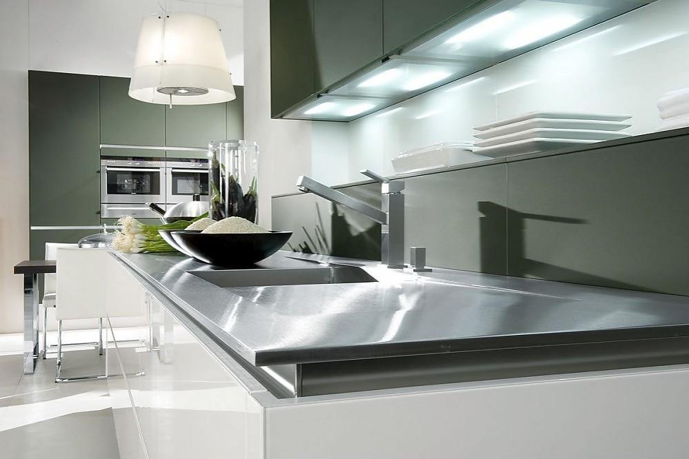 Cocina con frentes sin tiradores en alto brillo blanco y gris piedra - Cocina sin tiradores ...