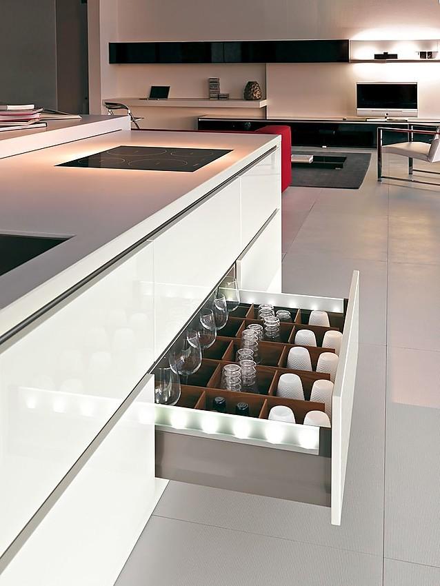 Cocina americana con mueble para el televisor en negro y for Muebles de cocina americana fotos