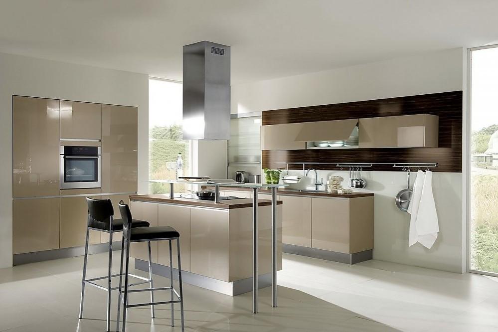 Isla de cocina en madera lacada alto brillo color champ n y barra de cristal - Cocinas exposicion ocasion ...