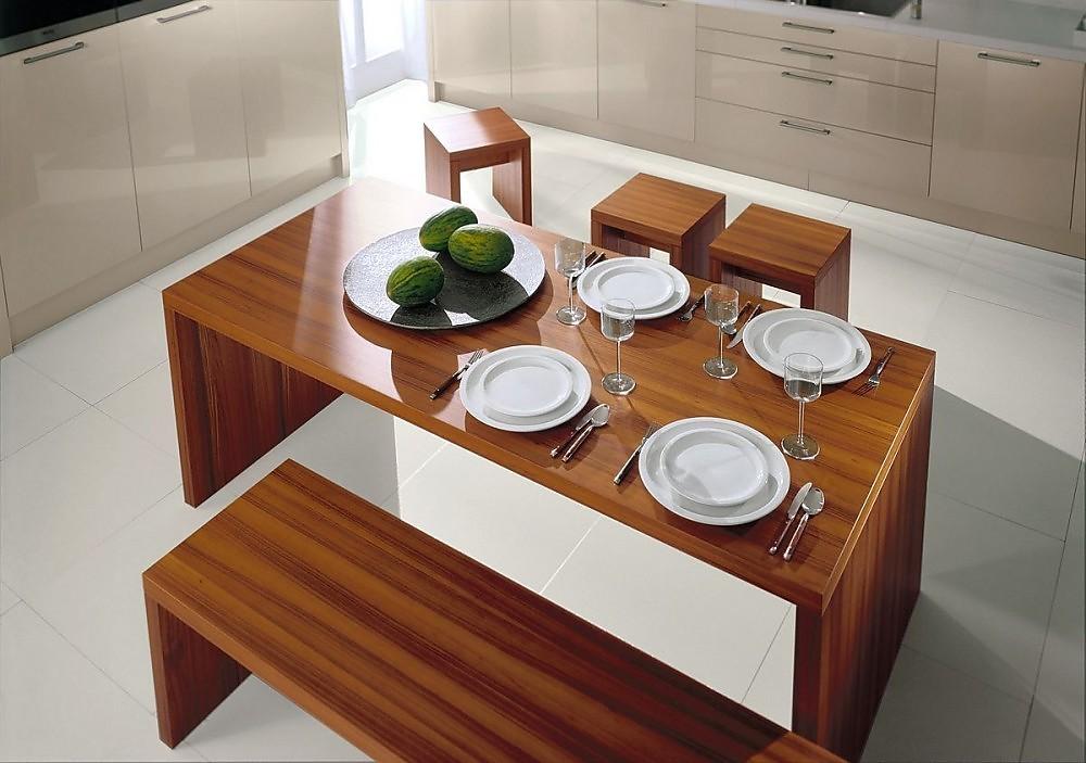 Mesa comedor con bancos de madera oscura for Mesas de cocina con banco