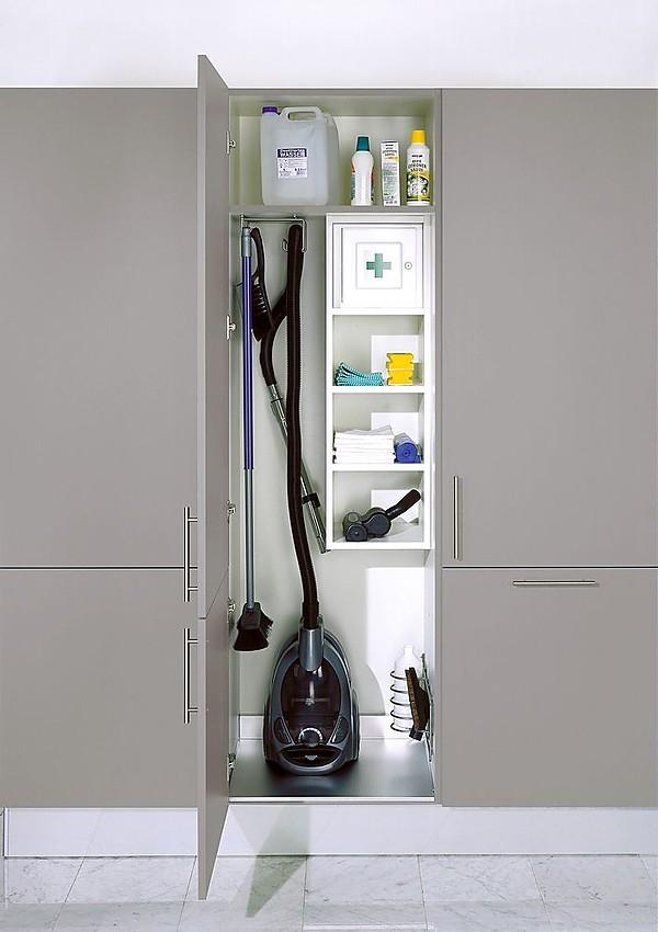 armario escobero en gris piedra con botiqun de primeros auxilios para la cocina