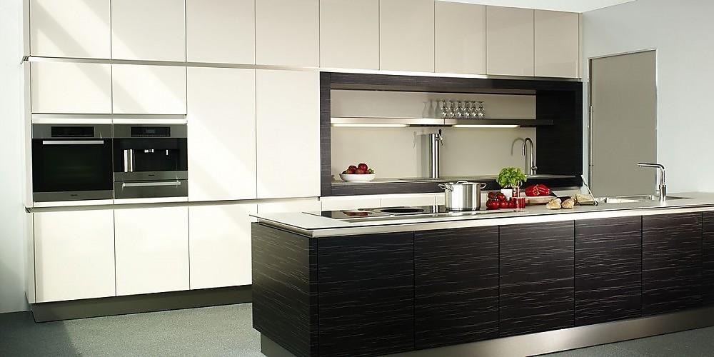 Cocina en blanco y acero inoxidable con isla de la serie b1