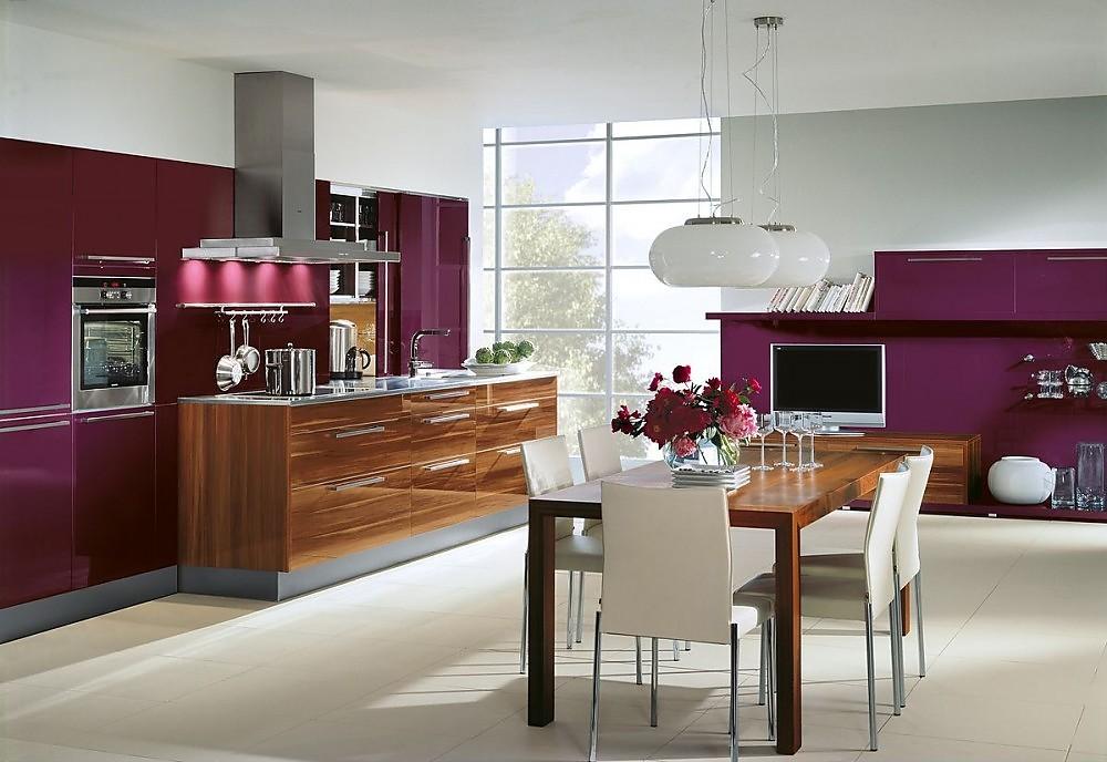 Cocina en l nea con mesa de cocina de madera con armarios for Cocinas en linea
