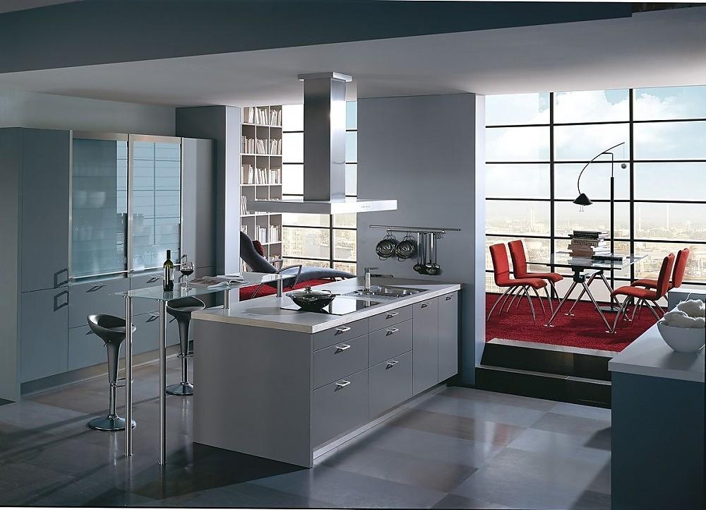 Isla de cocina y armarios altos en gris y barra de cristal for Islas de cocina y camareras