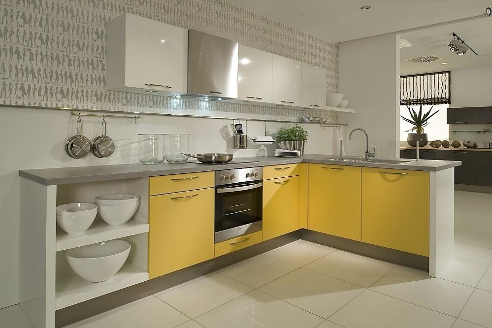 Cocina en l combina los colores amarillo mango con el blanco for Cocinas en l modernas