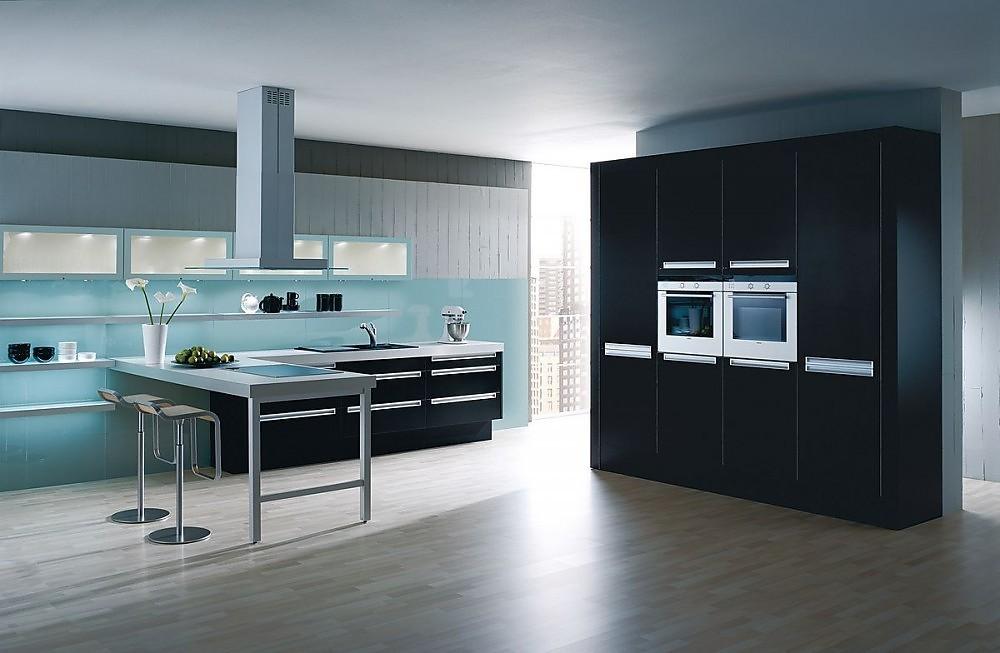Cocina en l nea con barra y armarios columnas con for Cocinas completas con electrodomesticos