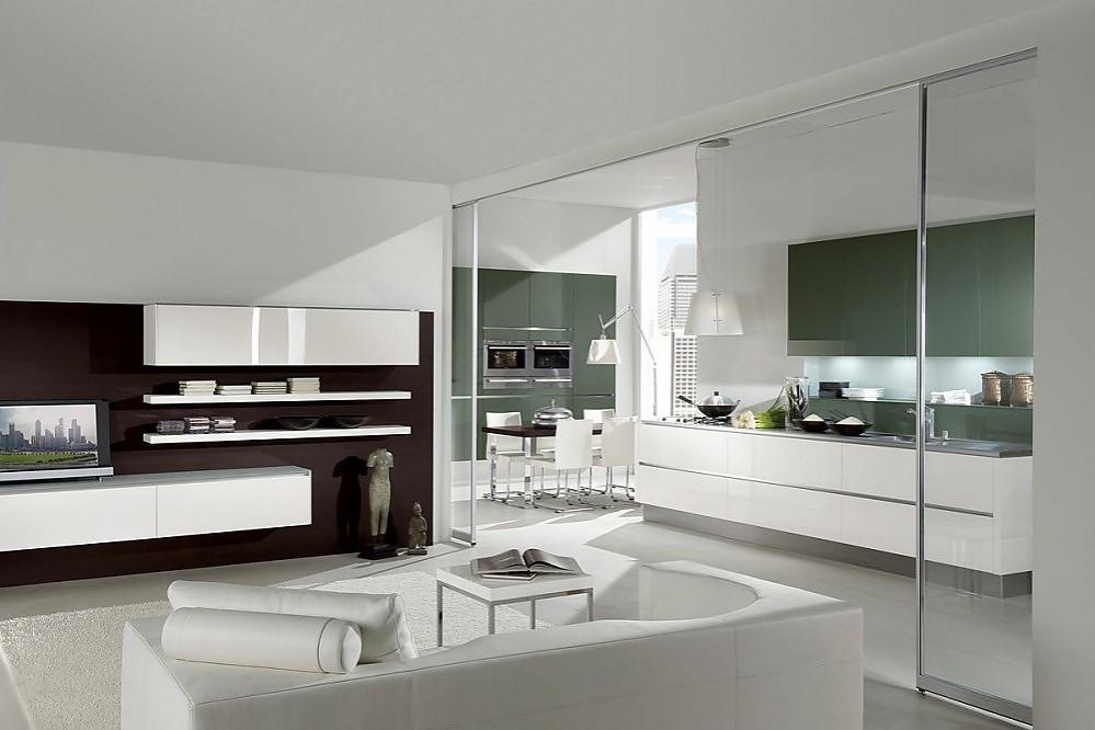 Cocina americana en gris verdoso y blanco alto brillo, el comedor ...
