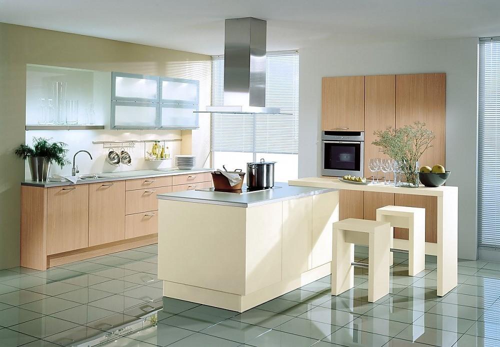 Isla de cocina en madera clara y con barra para comer en Barra cocina madera