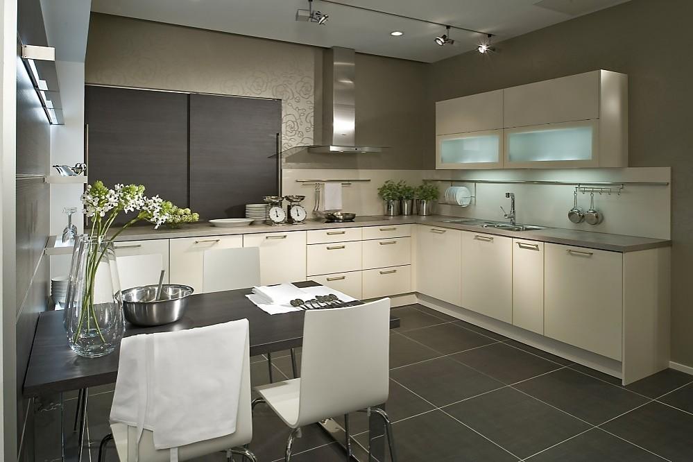 Cocina en U con una combinación de colores y materiales, blanco madera
