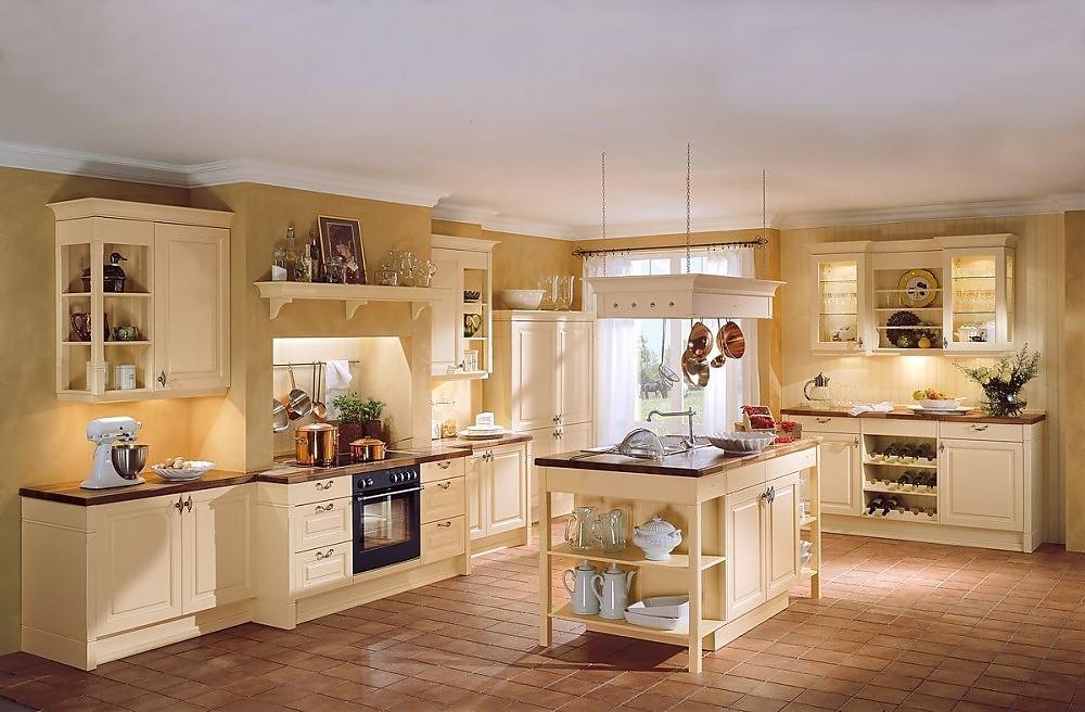 Cocina r stica con isla con armario vitrina y chimenea en amarillo azafr n - Cocinas exposicion ocasion ...