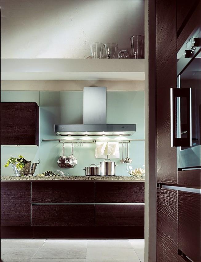 Cocina en línea y armarios columna con electrodomésticos incrustados ...