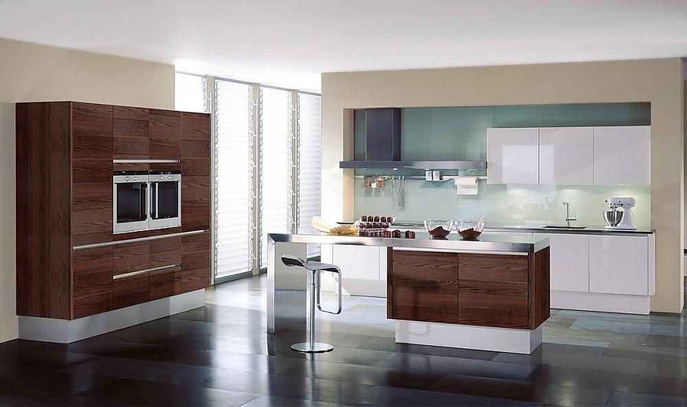 Isla de cocina con barra para comer y armario columna con ...