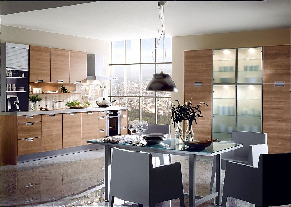 Cocina en l nea con armario columna en madera clara - Puertas de cristal para cocinas ...