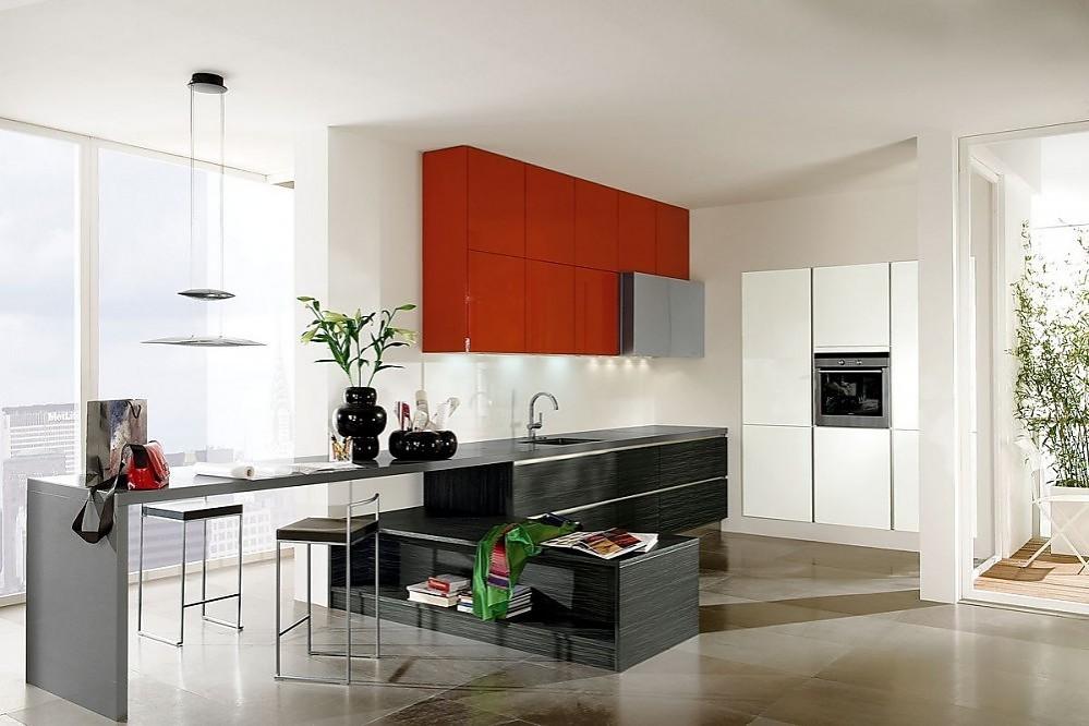 Cocina abierta con barra en blanco alto brillo rojo coral for Diseno de cocina abierta