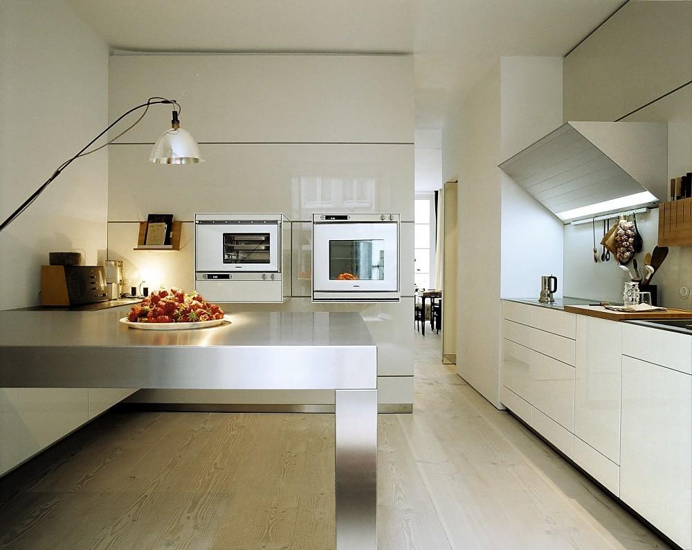 Cocina en crema de alto brillo con los electrodom sticos for Muebles de cocina hasta el techo