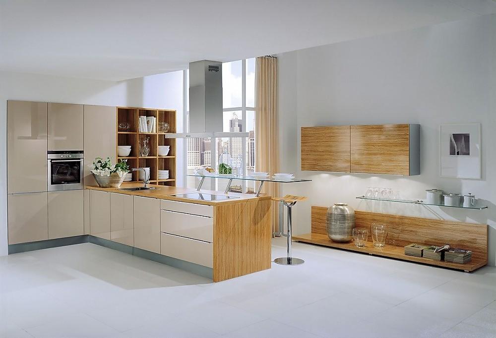 Cocina con aparador en madera y frentes champ n alto - Cocina con pared de cristal ...