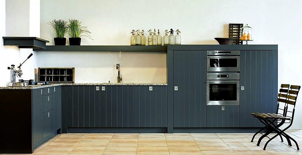 Cocina en forma de L con frentes acanalados en veritical en gris oscuro