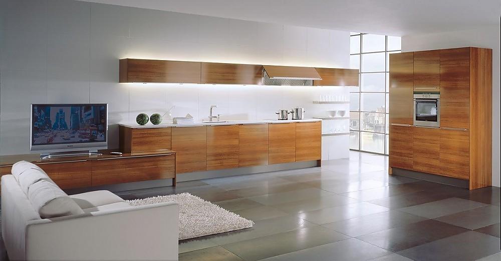 Cocina americana con televisor y armarios columnas con for Cocinas con salida al patio