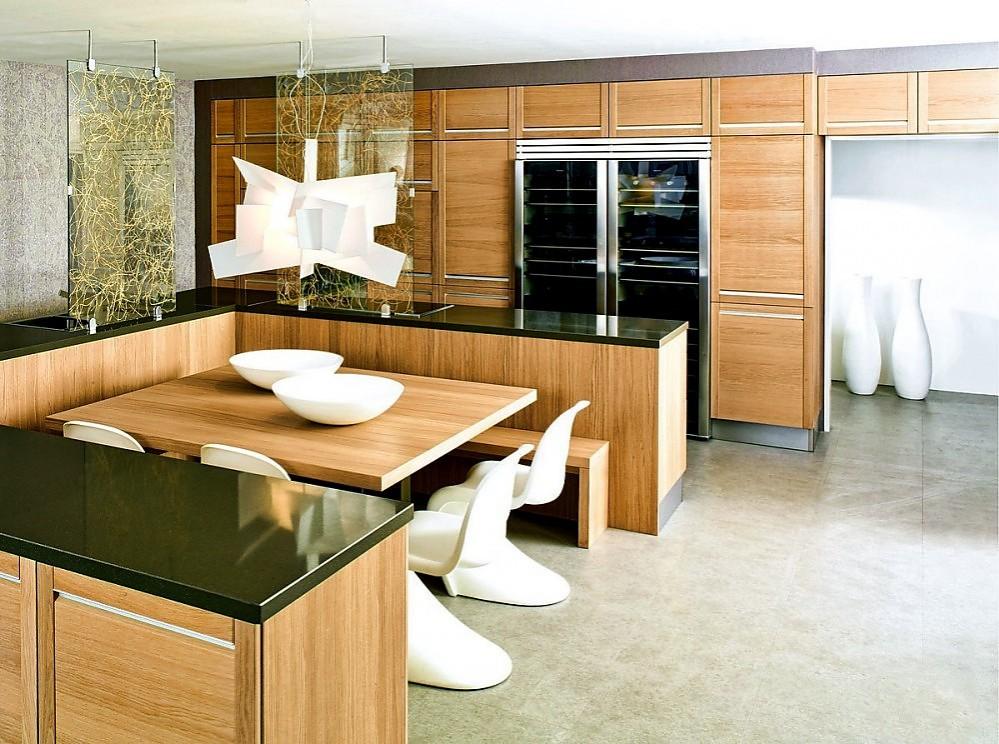 Cocina de madera de roble natural sin tiradores con mesa y for Sillas de madera modernas para cocina