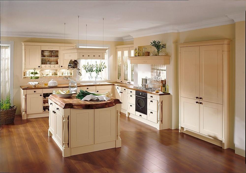 Cocina r stica estilo colonial en l con isla en caramelo - Donde colocar tv en cocina ...