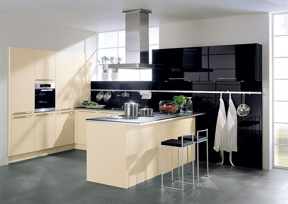 Cocina en l con barra para comer en caramelo y negro alto for Barras modernas