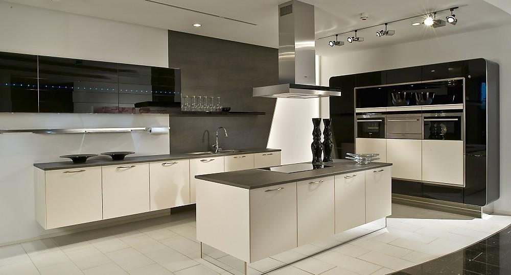 Cocina en l con una isla en blanco y negro - Cocinas lacadas en blanco ...