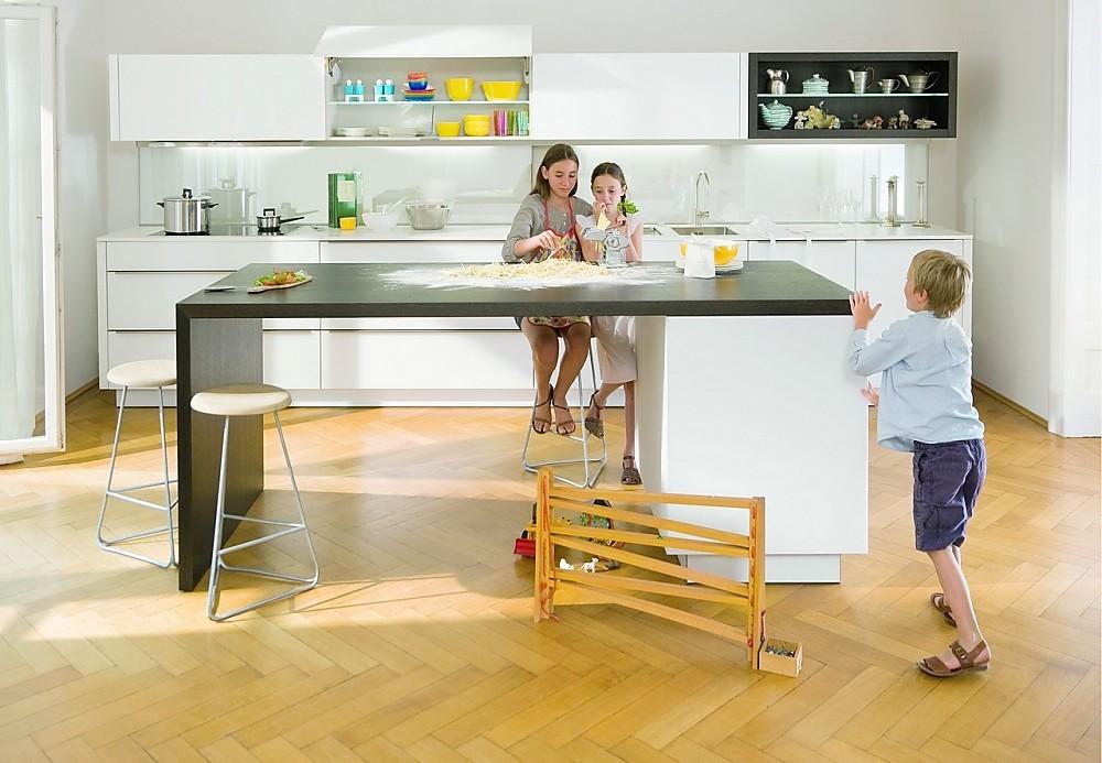 Cocina familiar con frentes de cristal claros for Cocina familiar