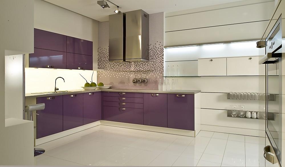 Cocina en U con barra en blanco y violeta