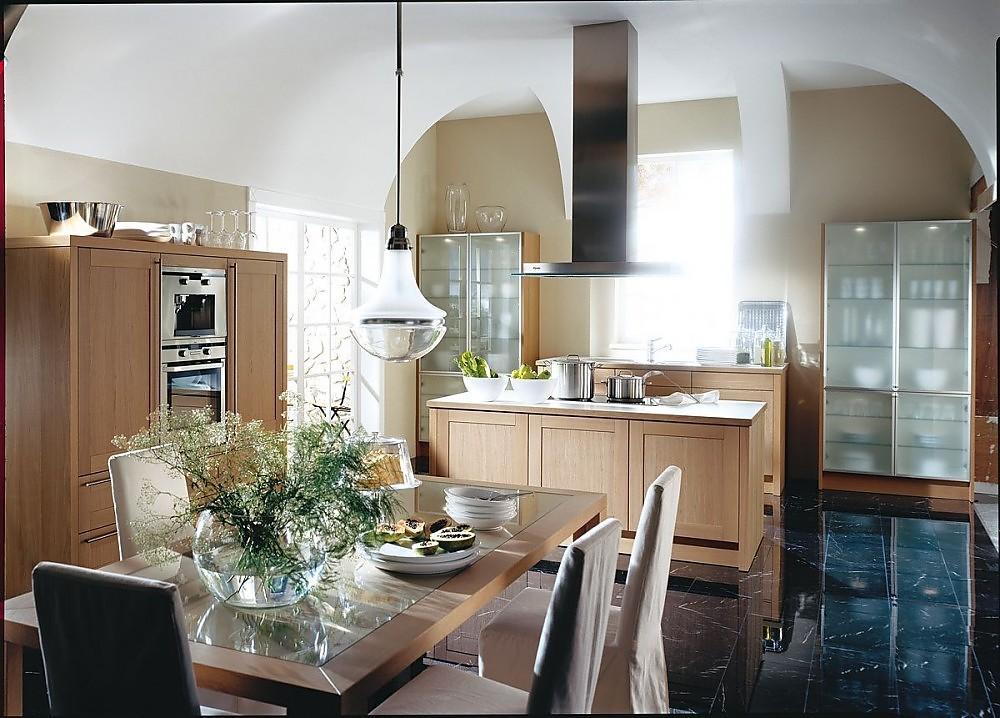Cocina con isla y armarios columnas de vitrinas de cristales opacos - Cocinas exposicion ocasion ...