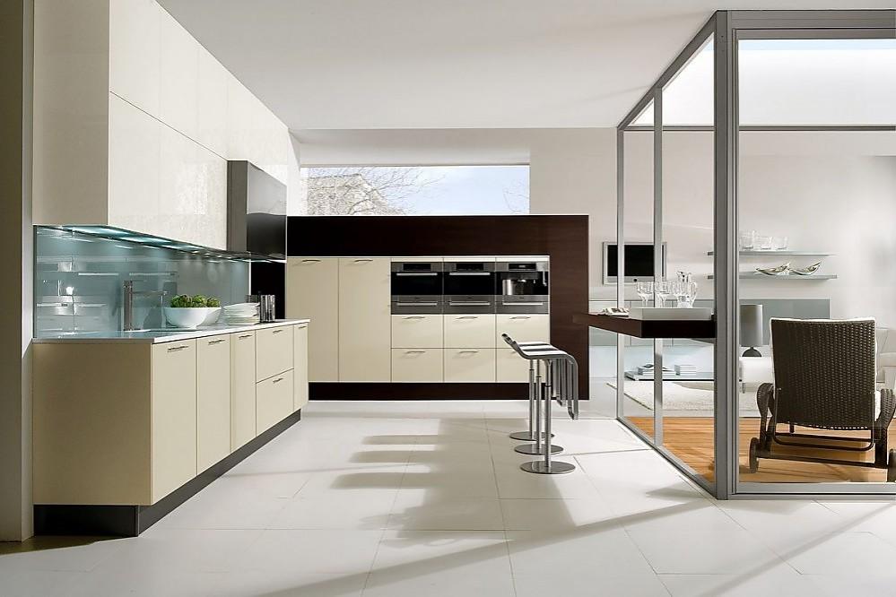 Cocina en línea con columna de electrodomésticos en gris guijarro y ...