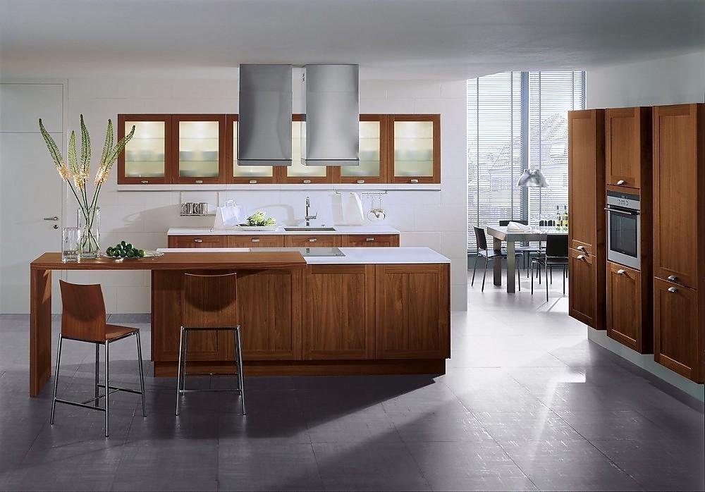 Isla de cocina en nogal con armario altos columnas y for Cocinas comedor con islas modernas