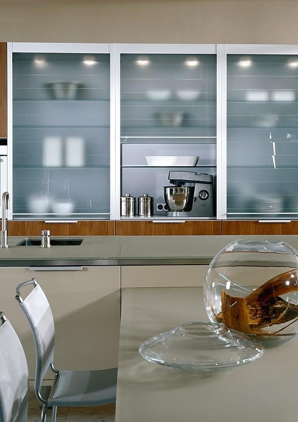 Isla de cocina finca nova color con mesa de cocina lacada en color crema - Cocinas exposicion ocasion ...