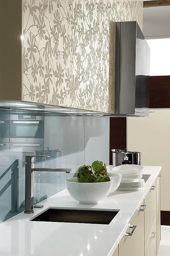 Cocina en l nea en blanco alto brillo con armarios altos con puertas de cristas grabadas con flores - Cocinas exposicion ocasion ...