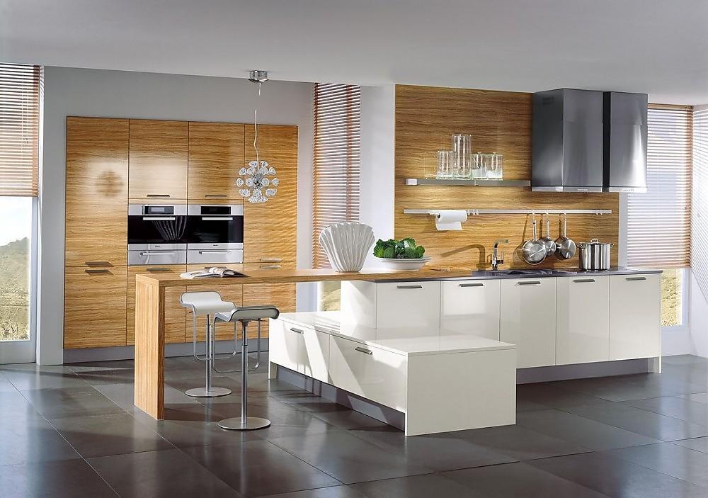 cocina con armarios columnas y barra para comer en olivo y