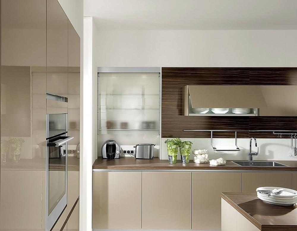 Cocina sin tiradores de color champ n alto brillo con un armario sobreencimera con puertas de - Cocina sin tiradores ...