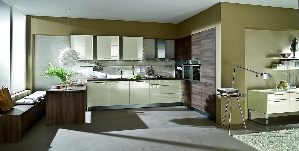 Cocina con armarios altos y mesa auxiliar en crema y madera oscura - Armarios auxiliares para cocina ...