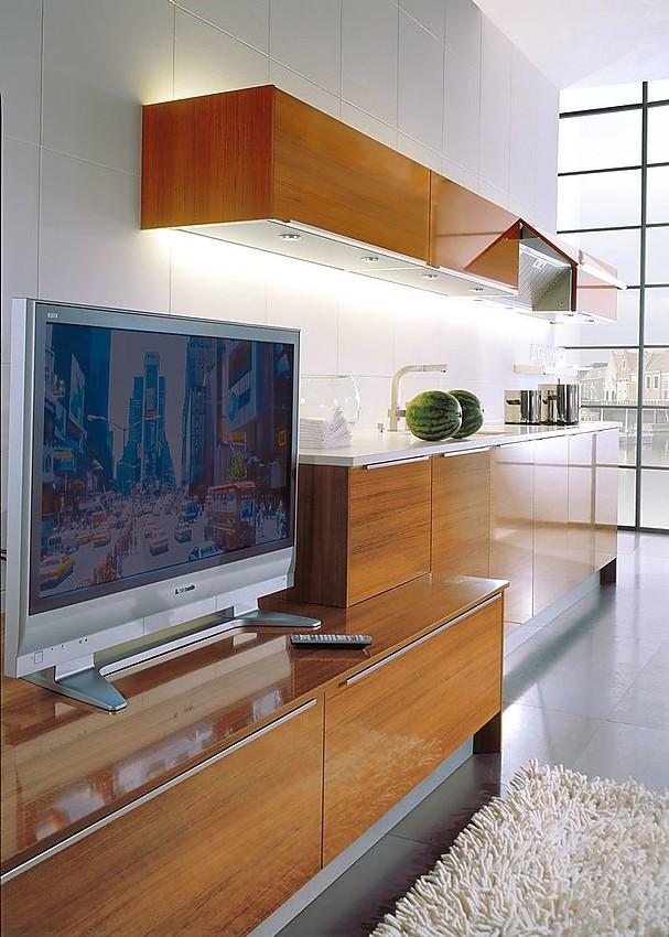 Cocina en l nea con armario alto de teak y televisi n - Cocinas exposicion ocasion ...