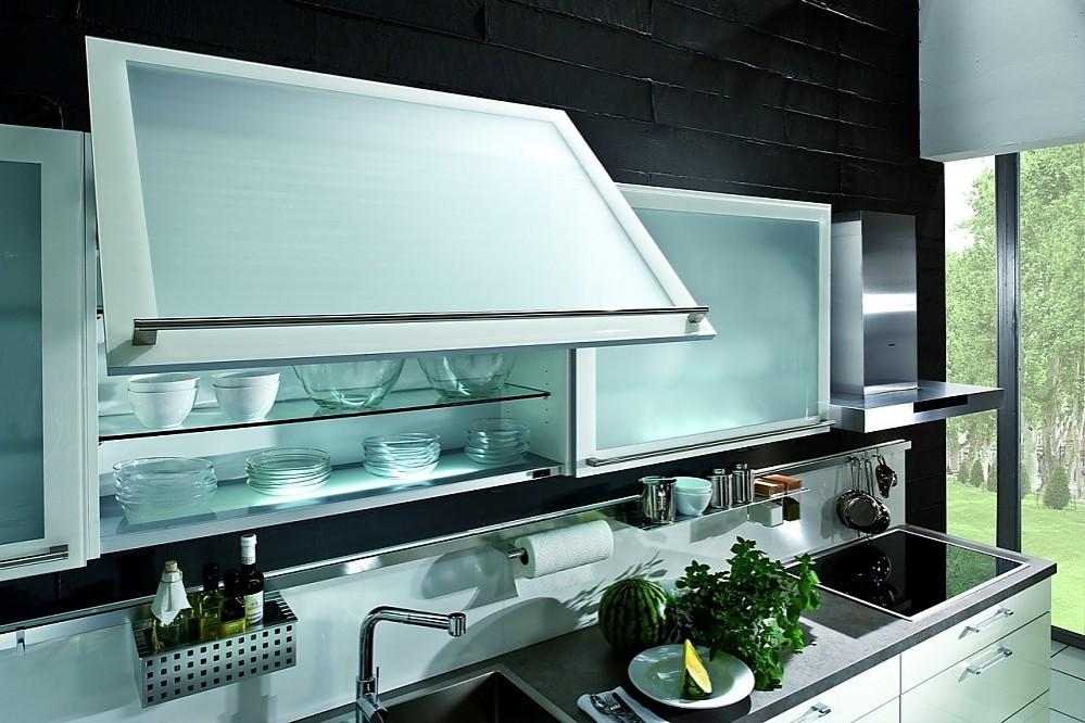 Armarios altos cocinas con puertas correderas de cristal y baldas luminosas - Cocinas con puertas de cristal ...