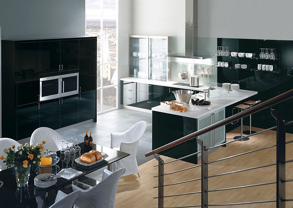 Cocina en l con armarios altos y barra para comer en - Cocina blanco y negro ...