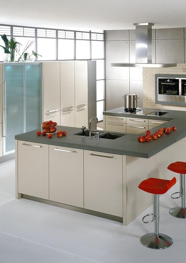 Isla de cocina en u con frentes en beige for Diseno de cocinas online