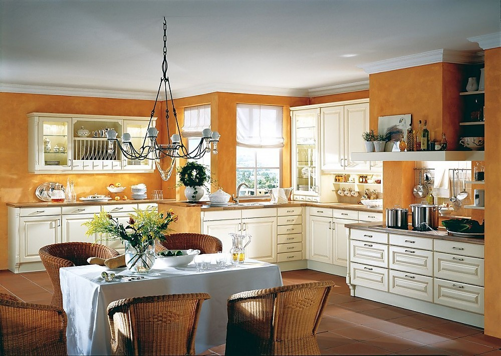Cocina r stica con chimenea y vitrina en vainilla for Cocinas rusticas mallorquinas